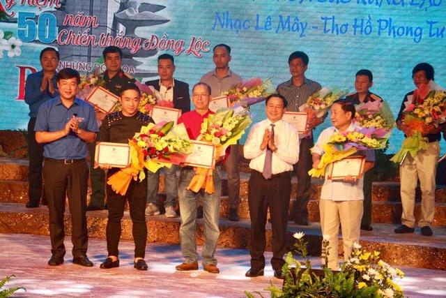 Lãnh đạo Trung ương Đoàn và tỉnh Hà Tĩnh trao giải B và C cho các tác giả