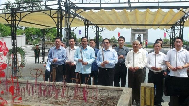 Trưởng ban Tổ chức Trung ương Phạm Minh Chính và các thành viên dâng hương tri ân những người đã ngã xuống trong sự nghiệp cứu nước