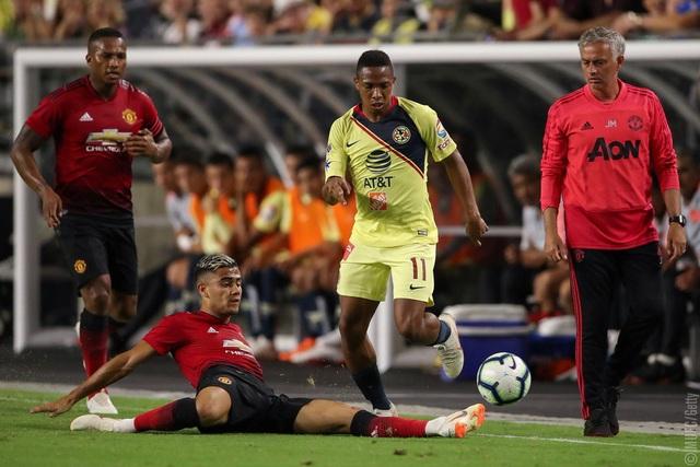 Perrera (trái) nỗ lực cản phá pha đi bóng của cầu thủ Club America, cầu thủ người Brazil cần nỗ lực hơn để tìm chỗ đứng trong đội hình của MU