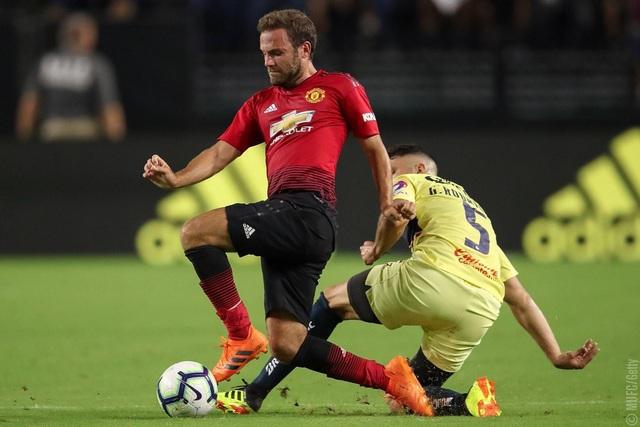 Mata (trái) mang về cho MU bàn thắng gỡ hòa