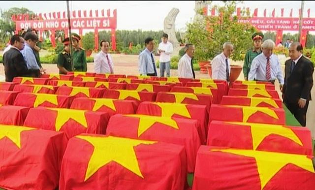 Đoàn đại biểu Tỉnh ủy, UBND tỉnh Đồng Tháp đến viếng hài cốt các anh hùng liệt sỹ trước khi cải táng