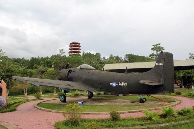 Kết quả hình ảnh cho Máy bay Mỹ trưng bày tại ngã ba Đồng Lộc hôm nay
