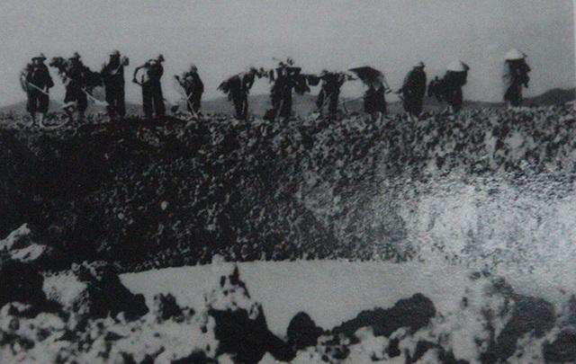 Bộ đội, thanh niên xung phong san lấp hố bom tại Ngã ba Đồng Lộc