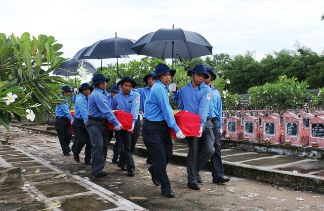 Các đoàn viên thanh niên đưa hài cốt các liệt sỹ đến nghĩa trang Dốc Bà Đắc để cải táng