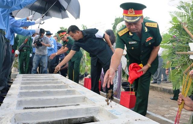 Các đại biểu An Giang thực hiện nghi thức cải táng hài cốt các liệt sỹ