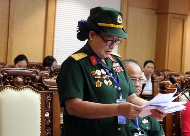 Cựu nữ chiến sỹ Trường Sơn Ngô Thị Tuyết đọc tham luận tại hội thảo