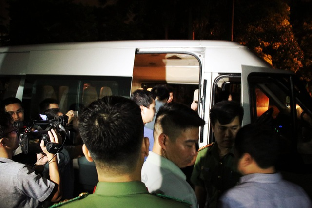 Gần 2h sáng, đông đảo phóng viên báo chí vẫn túc trực bên ngoài Sở GD&ĐT tỉnh Lạng Sơn để chờ thông tin từ đoàn công tác.