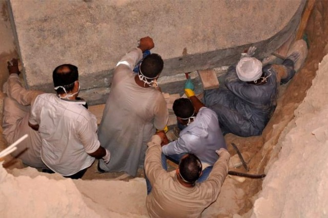 Chiếc quan tài được khai quật từ đầu tháng 7. (Ảnh: EPA)