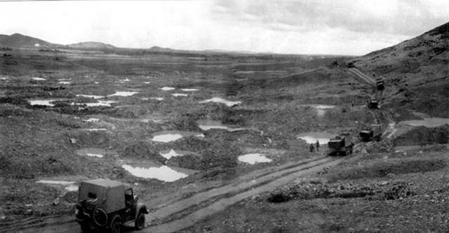 Ngã ba Đồng Lộc bị bom đạn cày xới, hố bom nằm san sát nhau (ảnh: Tư liệu)