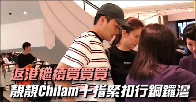 Trương Trí Lâm kiên nhẫn chờ đợi vợ lựa chọn đồ mà không phàn nàn. Vài ngày trước, cặp đôi còn đưa con trai đi du lịch tại nước ngoài nhân dịp nghỉ hè. Vừa trở về Hông Kong, hai vợ chồng lập tức trốn con để đi hò hẹn riêng.