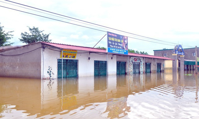 Theo báo cáo của UBND xã Sơn Tiến, hiện 7/13 thôn bị nước lũ chia cắt hoàn toàn. Đường sá đi lại gặp rất nhiều khó khăn, cách trở. Hàng chục ki ốt buôn bán của các hộ dân bị ngập chìm khiến hoạt động giao thương bị gián đoạn.