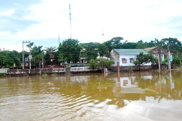 Nhà dân bị ngập sâu trong biển nước