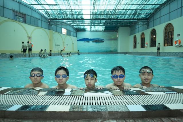 Một tiết học bơi của học sinh THCS.