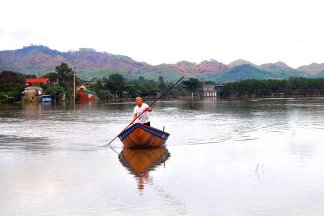 Việc đi lại của người dân Sơn Tiến mấy ngày qua chủ yếu là bằng xuồng, thuyền bè.