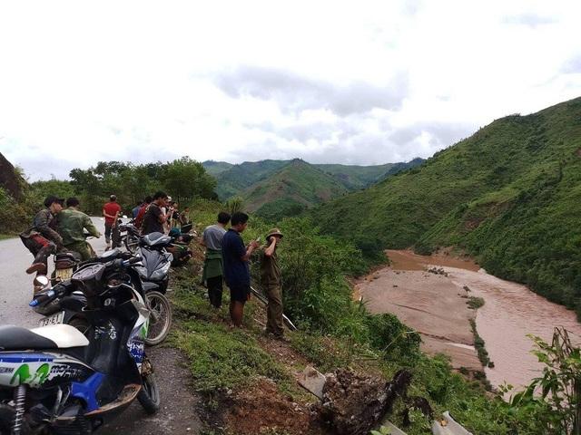 Ngay sau vụ tai nạn, lực lượng chức năng xã Hóa Thanh cũng đã có mặt để bảo vệ hiện trường