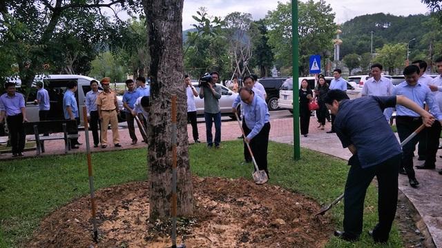 Thủ tướng Chính phủ Nguyễn Xuân Phúc và đoàn công tác đã đến chăm cây lưu niệm mà Thủ tướng đã trồng tại Khu di tích lịch sử Truông Bồn năm 2008.