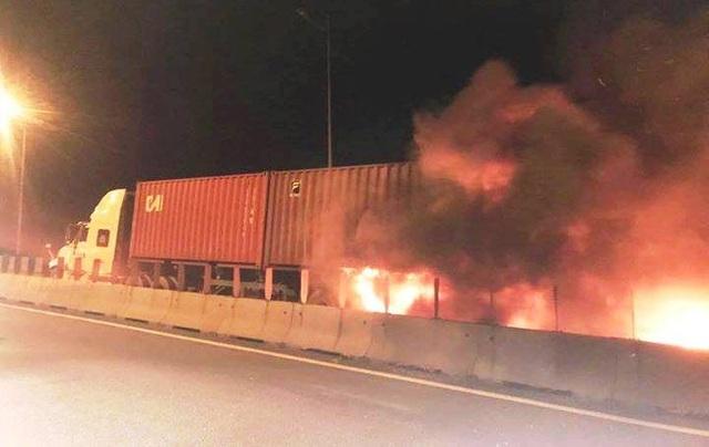 Hiện trường vụ cháy xe khách trên cao tốc HLD làm ít nhất 2 người tử vong.