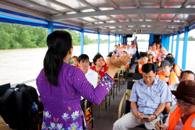 Về Bến Tre, đi trên tàu du lịch, du khách được nghe và tìm hiểu thêm về lịch sử, văn hóa của con người nơi đây