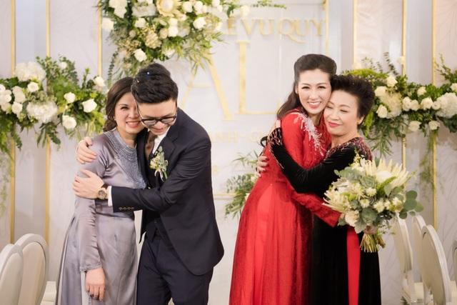 Tú Anh hạnh phúc ôm mẹ chồng còn Gia Lộc ôm chầm lấy mẹ vợ trong lễ vu quy.