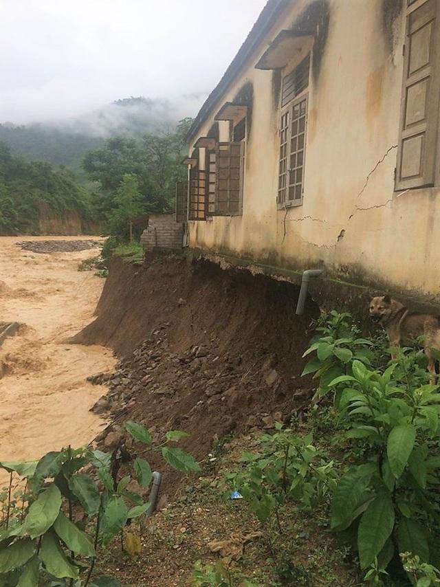 Nhà ở của các giáo viên Trường Mầm non xã Mường Ải bị mưa lũ xói sâu vào móng khiến 1 bể nước và 1 nhà tắm bị cuốn trôi hoàn toàn. Dãy nhà đã bị nứt, chỉ còn chênh vênh bên mép nước.