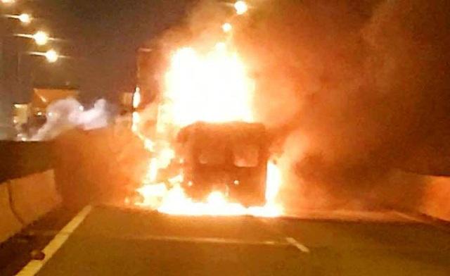 Xe khách bốc cháy ngùn ngụt, 2 người trên xe tử vong - 2