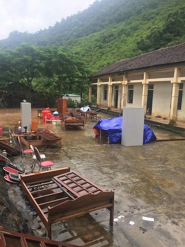 Các giáo viên ở trường đã vận chuyển đồ dùng dạy học, bàn ghế ra ngoài sân để tránh sạt lở phòng học có thể cuốn trôi.