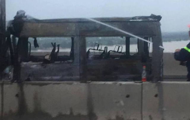 Chiếc xe khách cháy rụi.