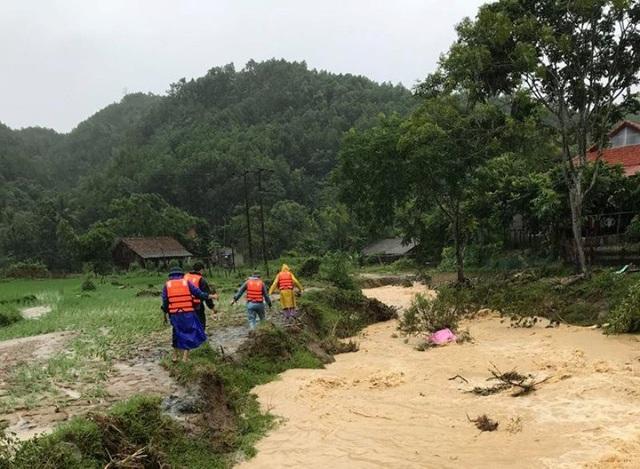 Lực lượng tìm kiếm dọc con suối