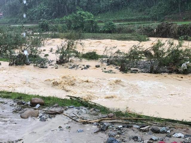 Mưa lớn khiến nước lũ tại xã Trí Nang, huyện Lang Chánh lên trở lại