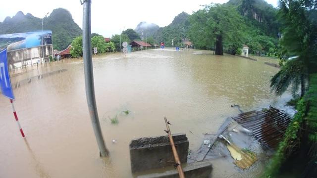 Đây là vùng thấp trũng, có thời điểm nước ngập sâu tới hơn 1 mét. (ảnh Hoàng Phong)