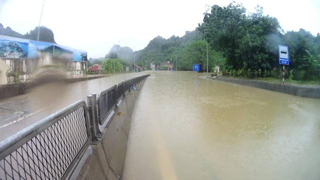 Nước ngập cả hai làn đường tại Đèo Bụt, Cẩm Phả, Quảng Ninh (ảnh Hoàng Phong)