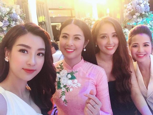 Hoa hậu Đỗ Mỹ Linh tất bật cho chung khảo Hoa hậu Việt Nam khu vực phía Bắc nhưng vẫn về dự đám cưới Tú Anh trước khi quay trở lại Cửa Lò làm nhiệm vụ.