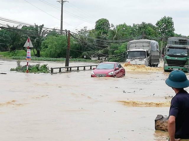 Ô tô con 4 chỗ ngập sâu tới nắp capo vẫn liều mình băng qua chỗ nước sâu.
