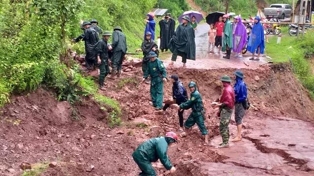 Cán bộ, chiến sỹ Đồn BP Mỹ Lý (Kỳ Sơn) cùng cán bộ xã đã tiến hành làm đường tạm để phục vụ nhu cầu đi qua khu vực đường bị sạt lở trên địa bàn.
