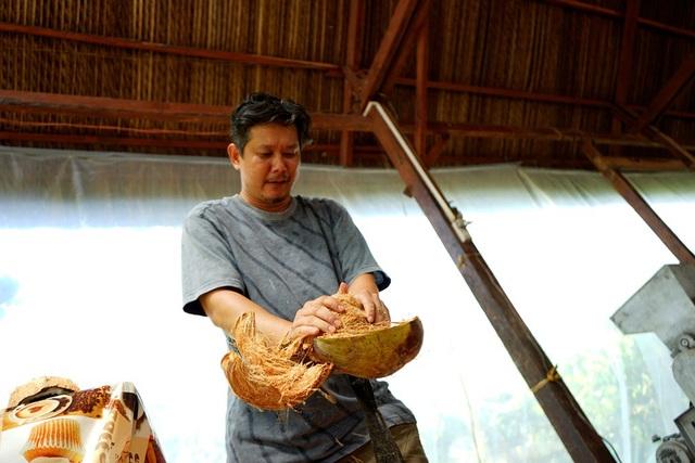 Hồi hộp xem lột dừa khô. Người lột vỏ xắn trái dừa khô vào một cái cọc dựng ngược khá bén rồi tách lớp vỏ ra khỏi sọ dừa. Trải nghiệm chỉ xem, du khách không nên thử