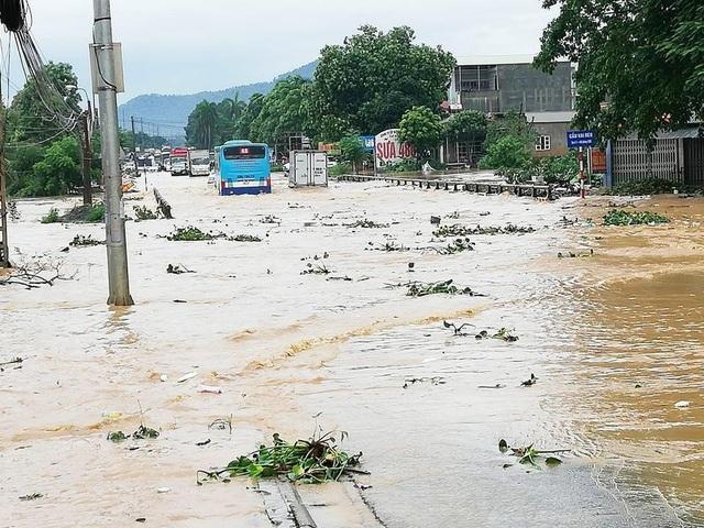 Đường Hồ Chí Minh đoạn qua xã Phú Cát bị ngập sâu trong nước.