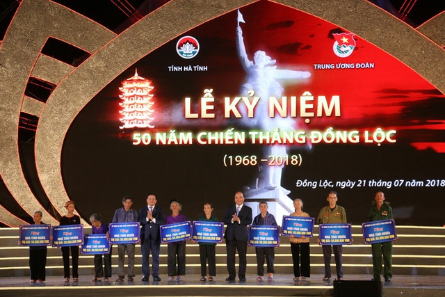 Thủ tướng Chính phủ Nguyễn Xuân Phúc và Bí thư Tỉnh ủy Hà Tĩnh Lê Đình Sơn cũng trao kinh phí hỗ trợ xây dựng 10 căn nhà tình nghĩa (mỗi căn nhà trị giá 50 triệu đồng) cho các hộ gia đình có công với cách mạng, gia đình gặp hoàn cảnh khó khăn.