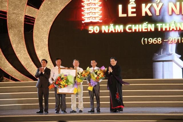 Phó Chủ tịch Quốc hội Tòng Thị Phóng trao Nghị quyết số 536 ngày 11/7/2018 về việc thành lập thị trấn Đồng Lộc cho lãnh đạo huyện Can Lộc, xã Đồng Lộc.