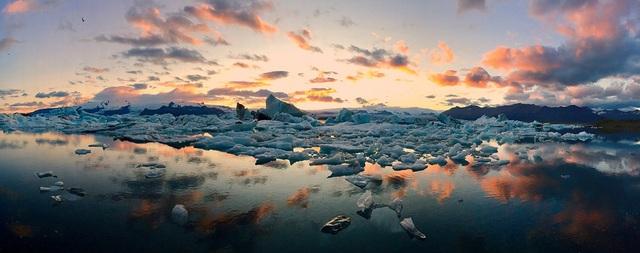 """Bức ảnh giành giải nhất trong hạng mục ảnh """"Panorama"""" do Mateusz Piesiak (Ba Lan) chụp bằng iPhone 6 Plus, là khung cảnh một bãi biển đầy băng ở Iceland vào mùa hè"""