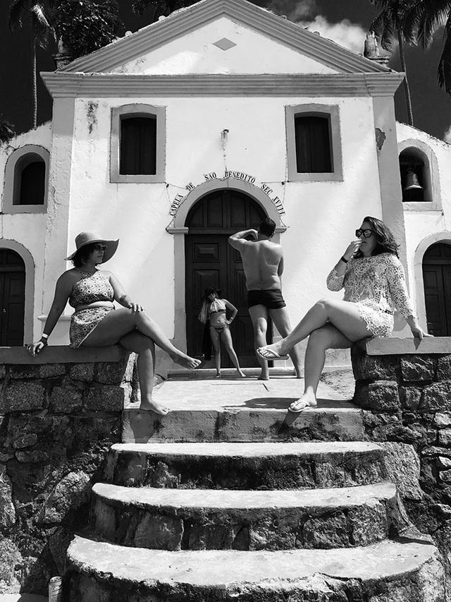 """Bức ảnh chụp các du khách đang tạo dáng chụp ảnh trước một nhà thờ nhỏ ở Brazil do Jonas Wyssen (Thụy Sĩ) chụp bằng iPhone 7 Plus đã giành giải nhất trong hạng mục ảnh """"Con người"""""""