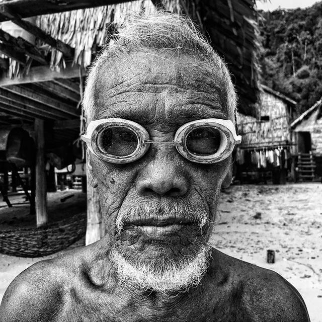 """Bức ảnh do Scott Woodward (Singapore) chụp một ngư dân già người Thái Lan đeo kính lặn bằng gỗ giành giải nhất trong hạng mục ảnh """"Chân dung"""". Bức ảnh được chụp bằng iPhone 6S"""