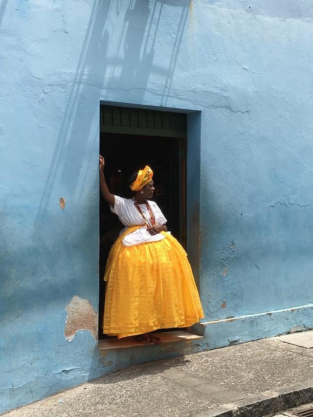 Bức ảnh do nhiếp ảnh gia Alexandre Weber chụp bằng iPhone 6S với hình ảnh một phụ nữ Brazil trong bộ trang phục truyền thống đang nhìn theo một chiếc xe tải vừa chạy qua