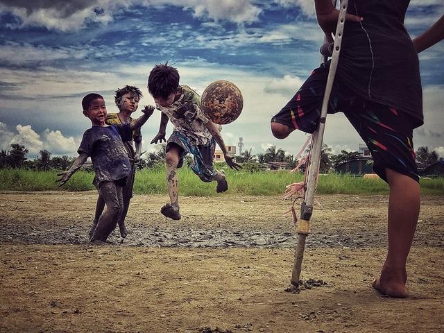 Bức ảnh chụp một cậu bé bị mất chân đang nhìn các bạn chơi đá bóng và cho biết mong muốn được đá bóng cùng các bạn đã giúp nhiếp ảnh gia Zarni Myo Win (Myanmar) giành được giải ba năm nay. Bức ảnh được chụp bằng iPhone 7S