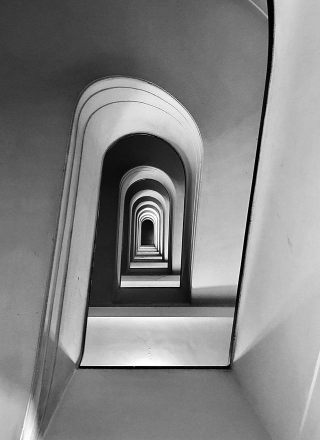 """Bức ảnh chụp một cầu thang ở thành phố Rome (Ý) của nhiếp ảnh gia người Ý Massimo Graziani, chụp bằng iPhone 7 Plus, đã giành giải nhất ở hạng mục """"Kiến trúc"""""""