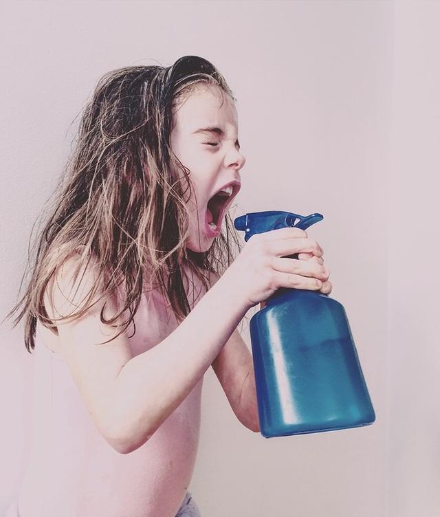 """Bức ảnh do Melisa Barrilli (Canada) chụp con gái của mình trong bộ váy múa ba lê đang cầm bình nước, chụp bằng iPhone 5S, đã giành được chiến thắng trong hạng mục ảnh """"Trẻ em"""""""