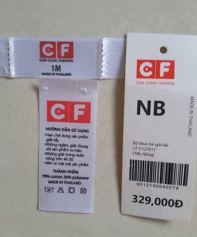 Tem nhãn của bộ quần áo có dấu hiệu bị cắt và thay thế bằng tem nhãn khác.