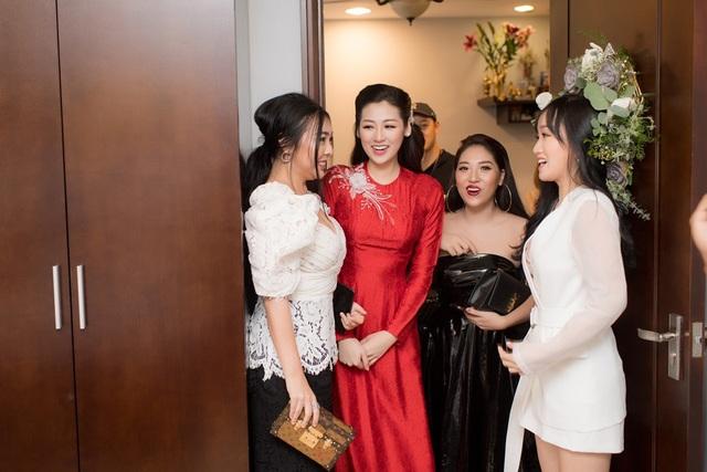 Lễ cưới Tú Anh và chồng Phạm Gia Lộc diễn ra một ngày mà Hà Nội mưa, ngập trên diện rộng nhưng những người thân, bạn bè trong đó có chị em Hoa hậu Mai Phương Thuý vẫn tề tựu đông đủ chúc phúc cho đôi trẻ.