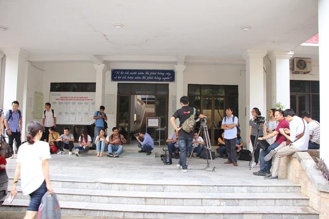 16h30p, đông đảo phóng viên báo chí có mặt tại trụ sở Sở GD&ĐT tỉnh Lạng Sơn.