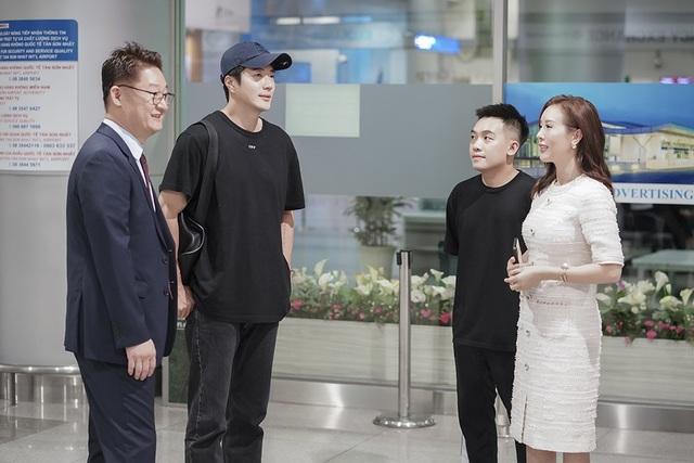 Có mặt tại sân bay để đón Kwon Sang Woo, ngoài Hoa hậu Quý bà còn có sự góp mặt của diễn viên Phở Đặc Biệt cùng đông đảo người hâm mộ.