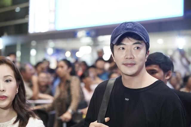 Kwon Sang Woo bất ngờ với sự chào đón nồng nhiệt của khán giả Việt Nam dù anh đáp chuyến bay đến Việt Nam lúc nửa đêm